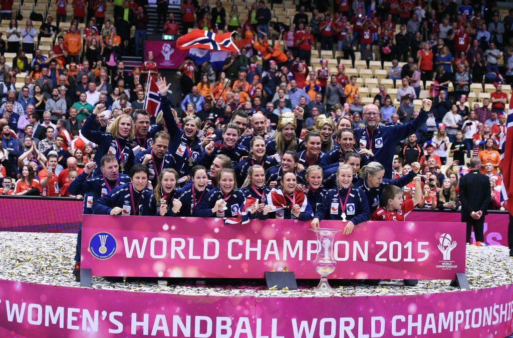 2015.12.20 HERNING DANIA PILKA RECZNA HANDBALL MISTRZOSTWA SWIATA W PILCE RECZNEJ KOBIET DANIA 2015 IHF WOMENS HANDBALL WORLD MECZ FINAL ZLOTO PODIUM FETA RADOSC NORWEGIA MISTRZEM SWIATA HOLANDIA - NORWEGIA (NETHERLANDS - NORWAY) N/Z WORLD CHAMPION 2015 ZLOTY MEDAL NORWEGIA MISTRZEM SWIATA FOTO NORBERT BARCZYK / PRESSFOCUS